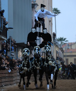Equestrian acrobatics during Le Pariglie